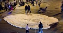 중국 도로 한복판에 거대 거품…정체는?