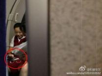 승객 NO! 승무원 OK?…비행기내 휴대폰 게임 승무원