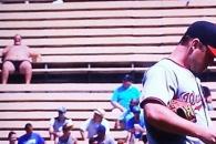 야구장서 선탠 즐기는 '뚱뚱한 다저스팬' 스타덤