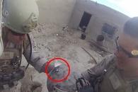 총알이 '방탄헬멧'에…美해병 구사일생 순간 (영상)