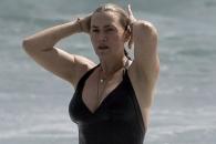 세월 앞 장사 없나…케이트 윈슬렛, 수영복 몸매 포착