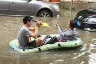 中상하이 폭우…거리에서 '보트' 타는 시민들