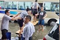 [포토] '책상다리' 건너는 사람들…물폭탄 떨어진 中공항