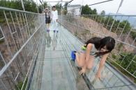 스릴 만점…中서 높이 180m짜리 '유리 다리' 오픈