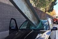 차량 앞유리 꿰뚫은 철제빔…운전자는 기적 생존