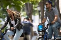 디카프리오의 '이달의 새 여친'…자전거 데이트 포착