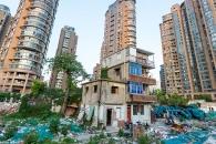 상하이 고층빌딩 속… '세상에서 가장 비싼 폐허촌'