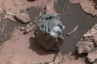 큐리오시티가 화성서 발견한 '검은 암석'…그 정체는?