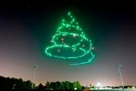 밤하늘의 불꽃 트리….100대의 드론이 만든 작품