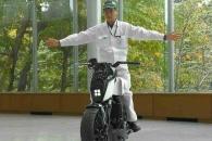 혼자 균형 잡고, 혼자 주행하는 '스마트 오토바이'
