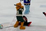 NHL 팀 마스코트, 상대 마스코트 방망이 폭행 논란 (영상)