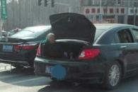 """""""자리가 없어서""""…노모를 트렁크에 태우고 운전한 아들"""
