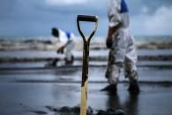 수백 번 쓰는 기름 흡착 스펀지 개발…방제작업 목적 (연구)