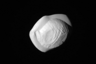 [우주를 보다] 만두처럼 생긴 토성의 초소형 달 '판' 포착