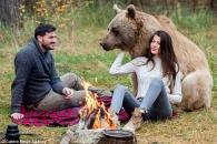 동화 속 한 장면…불곰과 캠핑 즐기는 연인