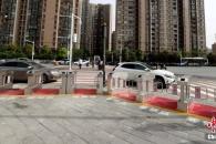 중국 횡단보도 앞에 '자동개폐 출입문' 등장, 왜?