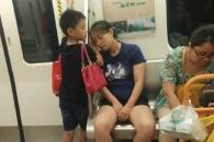 엄마 깰라…지하철서 엄마 머리 팔베개하는 아들