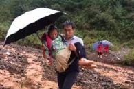 폭우로 길 끊기자 학생 67명 안고 계곡 건넌 '참스승'