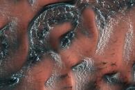 [우주를 보다] 화성의 검은 언덕 수놓은 드라이아이스