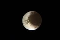 [우주를 보다] 카시니호가 남긴 유작…토성 위성 이아페투스