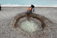 프랑스 니스 해변에 직경 5m 거대 싱크홀 발생