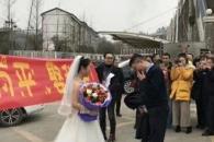9년 간 사귄 남친에게 웨딩드레스 차림으로 청혼한 여성