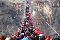 세계에서 가장 긴 中유리 다리…관광객들로 가득