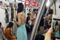 상의 벗어던진 여성, 지하철 타는 이유는?