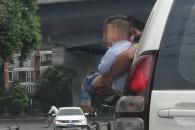 [여기는 중국] 中 남성, 차량 밖으로 아이 내밀고 '도로 방뇨'