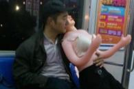 '성인용 인형' 안고 지하철 탄 남성의 사연