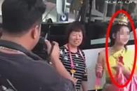 '억지 웃음' 방콕 공항 외주 직원 논란…中관광객에 사과 (영상)