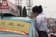 [여기는 중국] 달리는 택시 창 밖으로 책펴고 공부하는 여학생