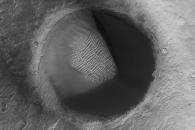 [우주를 보다] 주위를 '냠냠'…화성서 포착된 '팩맨 크레이터'