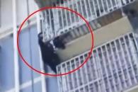 [여기는 중국] 맨손으로 5층 기어올라 아이 구조한 '스파이더 맨' (영상)