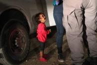 """""""엄마 어딨어요?""""…美 불법이민자 정책 비판하는 단 한장의 사진"""