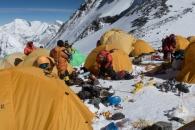 에베레스트산, 등반객 버린 쓰레기와 대소변으로 몸살