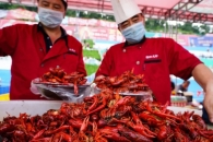 월드컵 야식, 韓-치맥 vs 中-가맥…가재 수백만 마리 팔려