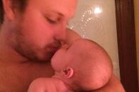 [와글와글+] 생후 6주 딸에 뽀뽀한 父, 소아성애자로 몰려