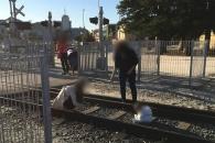 사진 찍으려고 열차 선로 위에 아기 앉혀놓은 엄마