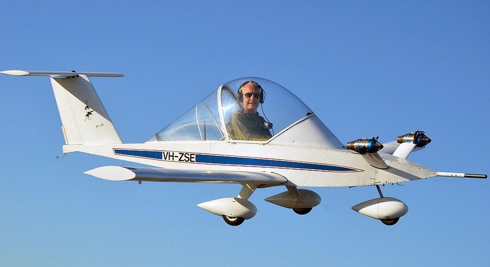 """""""장난감 아니에요""""…세계서 가장 작은 비행기 탄 70세 파일럿"""