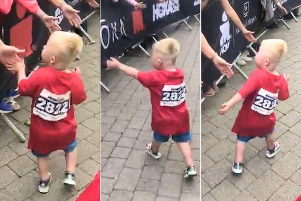 [월드피플+] 결승선 통과한 다운증후군 아이에게 쏟아진 뭉클한 격려(영상)