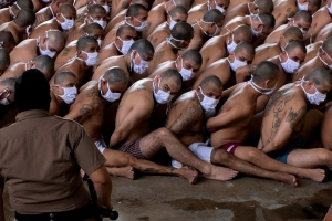 빽빽이 앉은 속옷차림 엘살바로드 죄수들