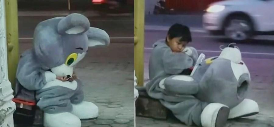 [여기는 동남아] 가족 부양 위해 매일 10㎞ 걷는 '거리의 광대' 9세 소년