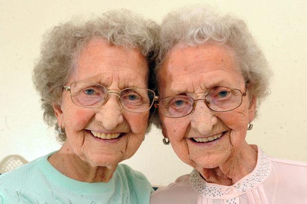 96년 함께한 英 최고령 쌍둥이…코로나19로 엇갈린 생사
